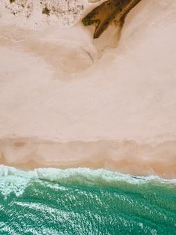 Vista delle onde del mare e spiaggia sabbiosa
