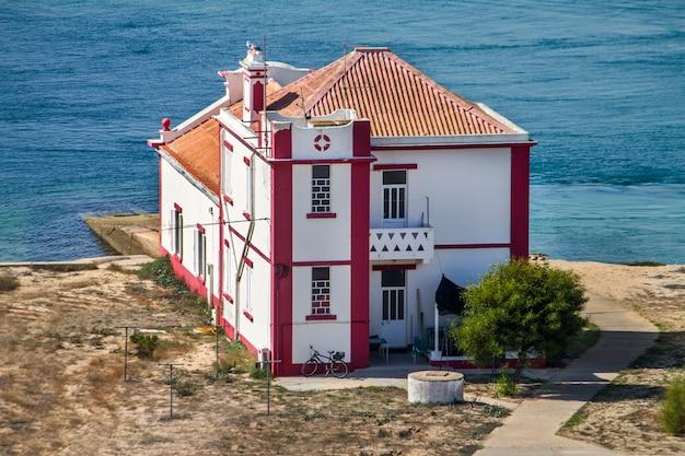 Vista delle tipiche case sulla spiaggia portoghesi situate nella regione dell'algarve.