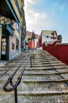 Vista delle tipiche scale che si estendono attraverso l'area del centro città di lisbona, in portogallo.