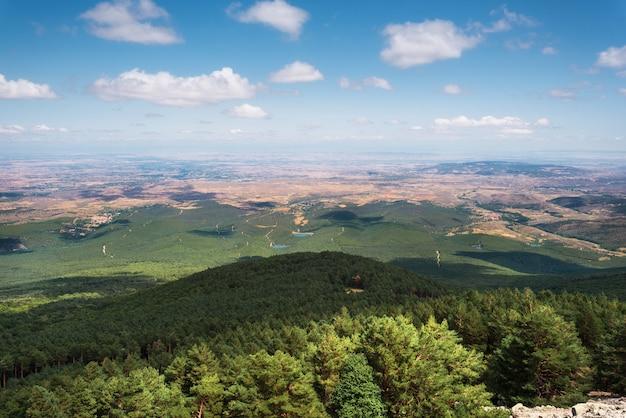 Vista delle verdi vallate della regione dell'aragona dalla montagna del moncayo. ambiente naturale nella stagione estiva.