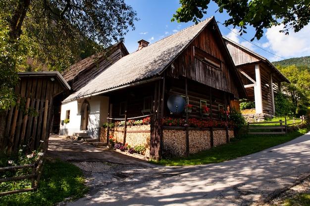 Vista dello chalet sloveno a stara fuzina, slovenia