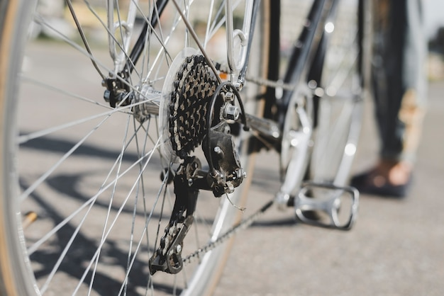Vista dettagliata della bicicletta della ruota posteriore con catena e pignone