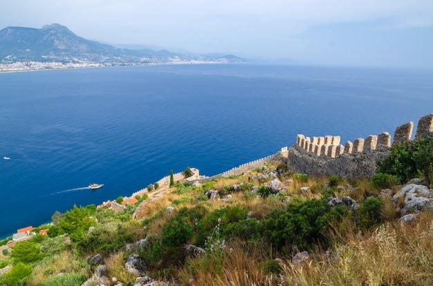 Vista di alanya e kyzil kule dalla fortezza di alanya. tacchino
