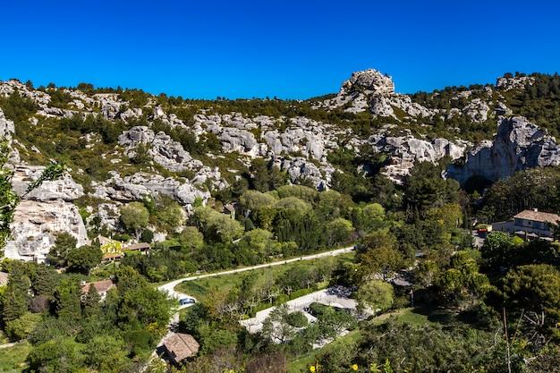 Vista di alpilles da les baux de provence, francia
