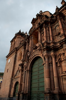 Vista di angolo basso della cattedrale di santo domingo, plaza de armas, cuzco, perù