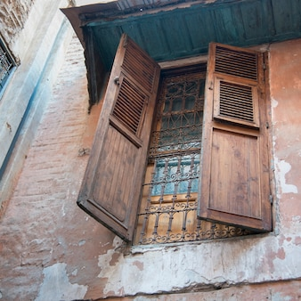 Vista di angolo basso della finestra di una casa, medina, marrakesh, marocco