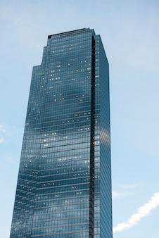 Vista di angolo basso di un grattacielo moderno, west end, dallas, il texas, usa
