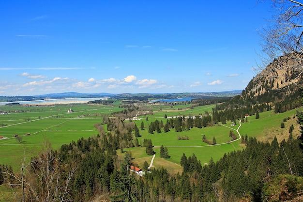 Vista di arial dal castello del castello di neuschwanstein in germania nell'ora legale.