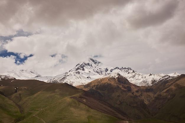 Vista di autunno della montagna di kazbek in georgia. bellissimo paesaggio di montagna