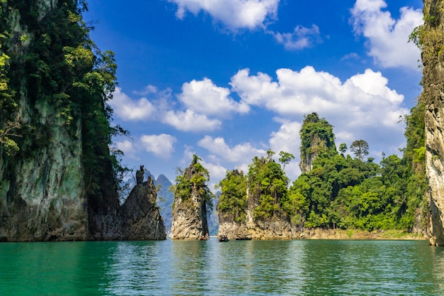 Vista di bella formazione rocciosa alla diga di ratchaprapa, o localmente conosciuta come cheow lan dam a surat thani, tailandia