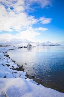 Vista di bella ushuaia in inverno.