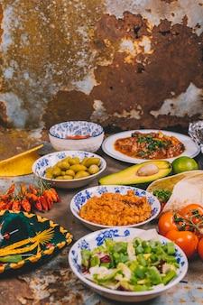 Vista di diversi deliziosi piatti messicani su sfondo arrugginito