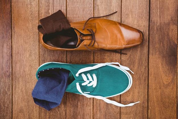 Vista di due scarpe diverse sulla tavola di legno