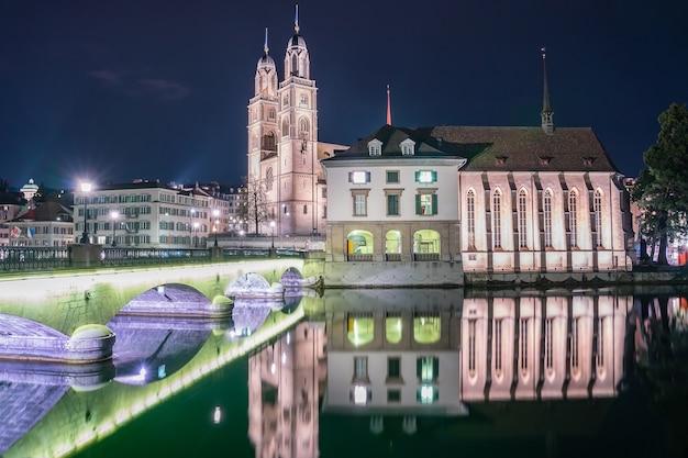 Vista di grossmunster e della città vecchia di zurigo dal fiume limmat a zurigo, svizzera.