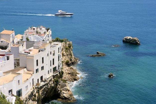 Vista di ibiza con bel mare mediterraneo