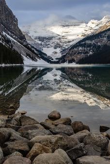 Vista di inverno di lake louise nel parco nazionale di banff, alberta, canada