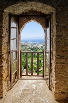 Vista di kyrenia dalla finestra del castello di saint hilarion