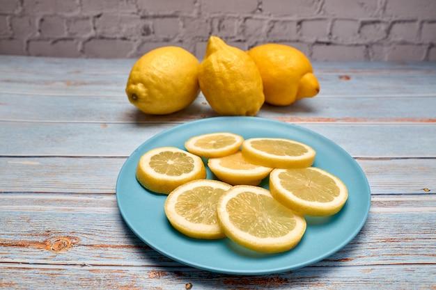 Vista di limoni interi e fette di limone fresco