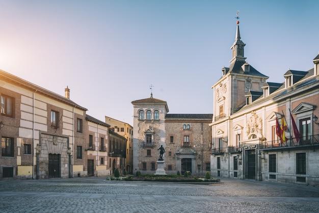 Vista di madrid vecchia plaza de la villa nel centro storico di madrid, in spagna.