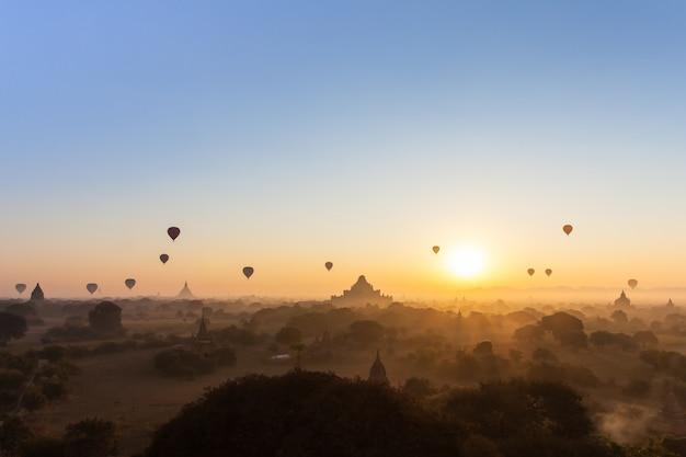 Vista di mattina a bagan, myanmar