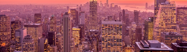 Vista di new york manhattan durante le ore del tramonto
