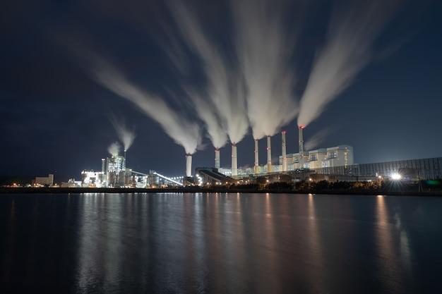Vista di notte delle centrali elettriche a carbone in corea