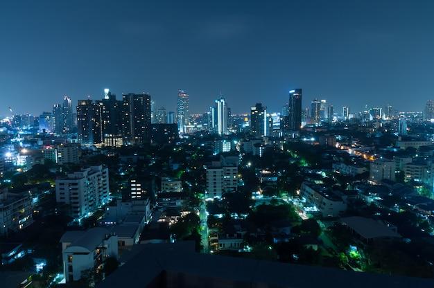 Vista di notte di bangkok con il grattacielo nel distretto aziendale a bangkok tailandia