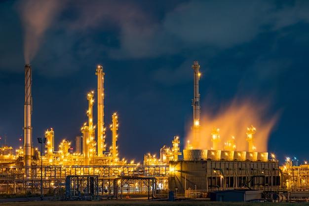 Vista di notte sopra la priorità bassa industriale della centrale elettrica del petrolio