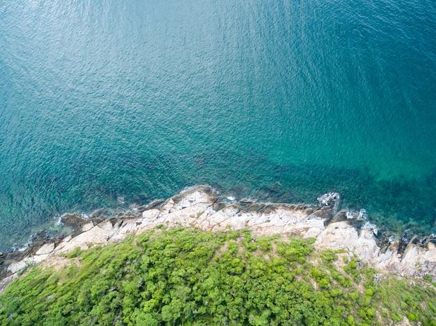 Vista di occhio di uccello di vista sul mare nell'isola di samed, rayong, tailandia