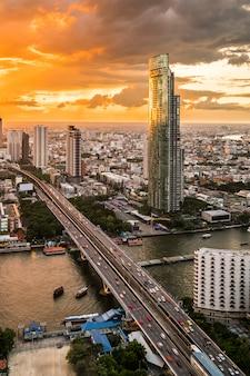 Vista di paesaggio urbano e costruzione al crepuscolo a bangkok, tailandia