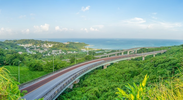 Vista di panorama del ponte di niraikanai a okinawa, giappone