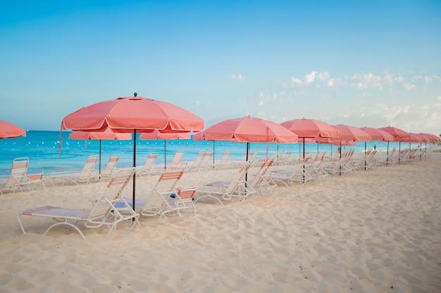 Vista di paradiso dell'ombrello di spiaggia sabbiosa vuoto tropicale