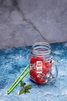 Vista di pezzi di anguria rossa e rinfrescante