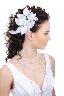 Vista di profilo della bella sposa con acconciatura moderna