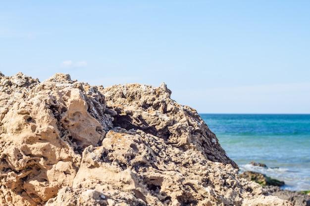 Vista di rocce e mare