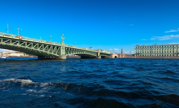 Vista di san pietroburgo. ponte di trinità