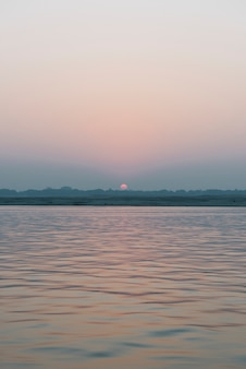 Vista di tramonto al fiume ganges a varanasi, india