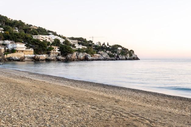Vista di tramonto della spiaggia di la herradura, almuã ± ecar, granada, andalusia, spagna
