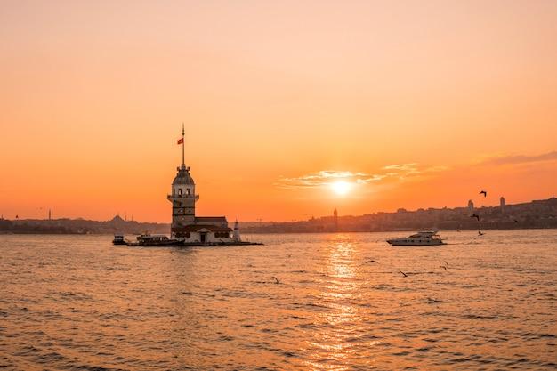 Vista di tramonto della torre nubile (kulesi di kiz) in bosphorus, costantinopoli turchia