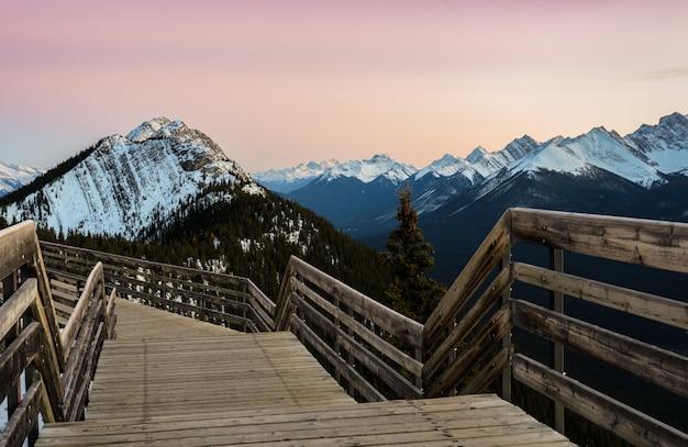 Vista di tramonto della via della gondola di banff sulla montagna dello zolfo al parco nazionale di banff in alberta, canada.