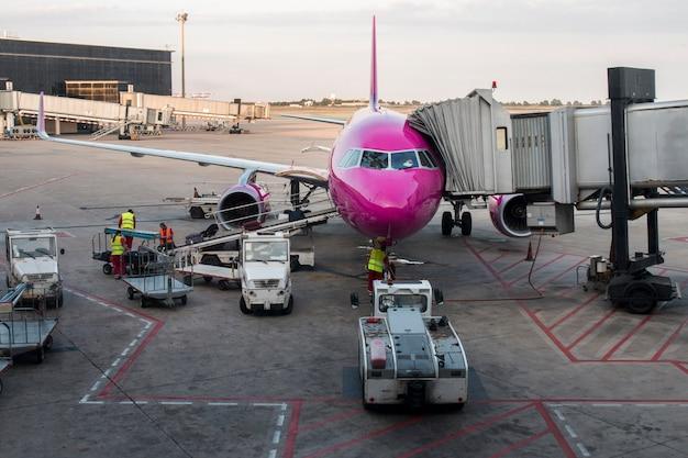 Vista di un aeroplano rosa che si prepara per il decollo sull'aeroporto di barcellona, spagna.