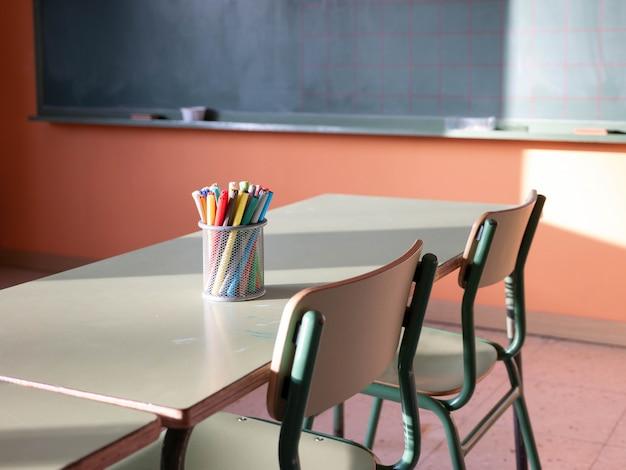 Vista di un'aula con scrivanie e sedie, di nuovo al concetto di scuola