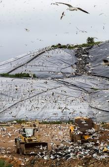 Vista di un enorme sito di discarica di rifiuti, risultato dell'attività umana.