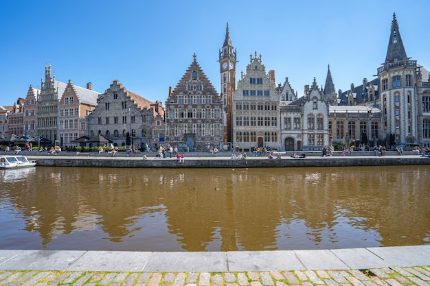 Vista di un fiume in una città europea