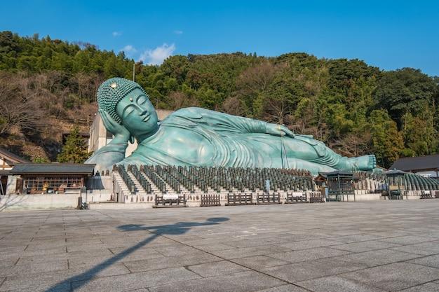 Vista di un grande buddha in un tempio giapponese