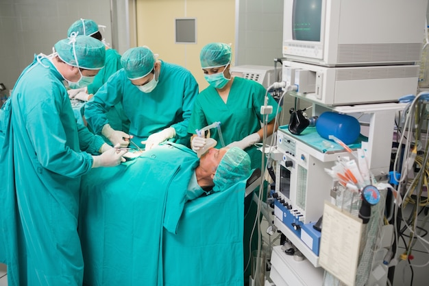 Vista di un gruppo di medici che opera