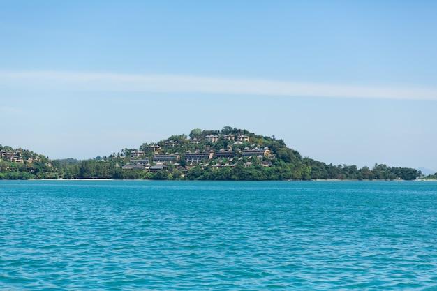 Vista di un'isola verde nell'oceano blu. (nessun tag con linee. max 2 parole)