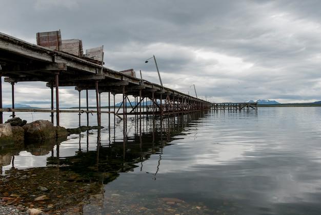 Vista di un molo nel lago, puerto natales, patagonia, cile