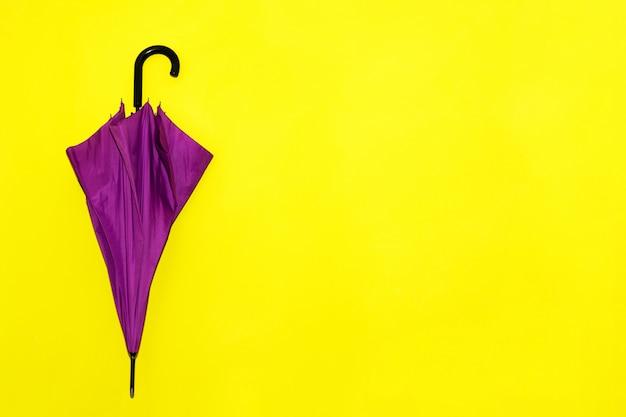 Vista di un ombrello piegato in viola