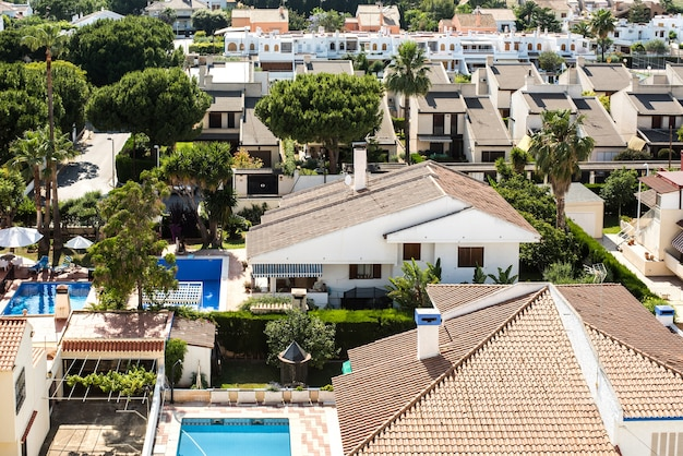 Vista di un resort mediterraneo con montagne sullo sfondo